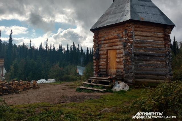 Туристам нужно место, где можно отдохнуть после долгого перехода.