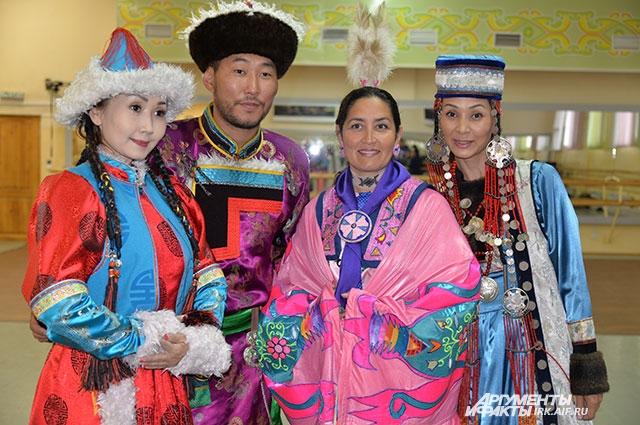 Традиционные наряды обоих народов отличаются любовью к ярким цветам.