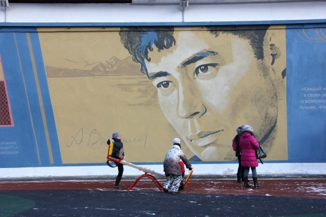 Портрет Александра Вампилова украшает новый сквер.