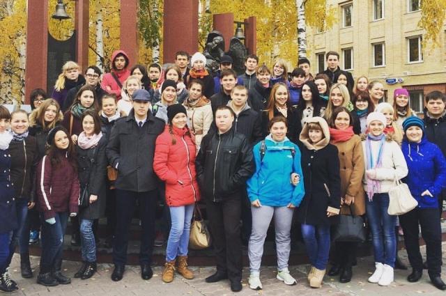 Экскурсионная группа в Ханты-Мансийске