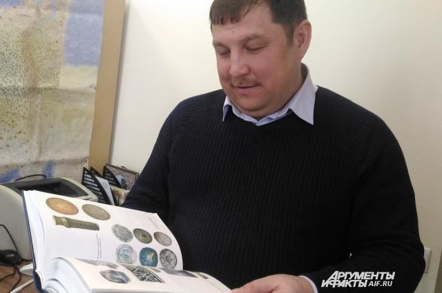 Ильнур Миргалеев с научным трудом
