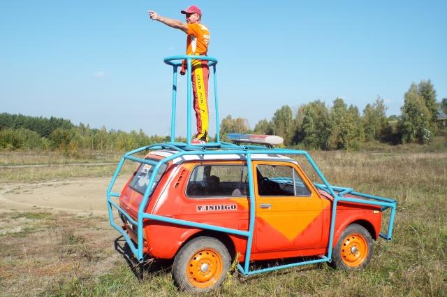 Евгений соорудил автомобиль для стрельбы из лука.