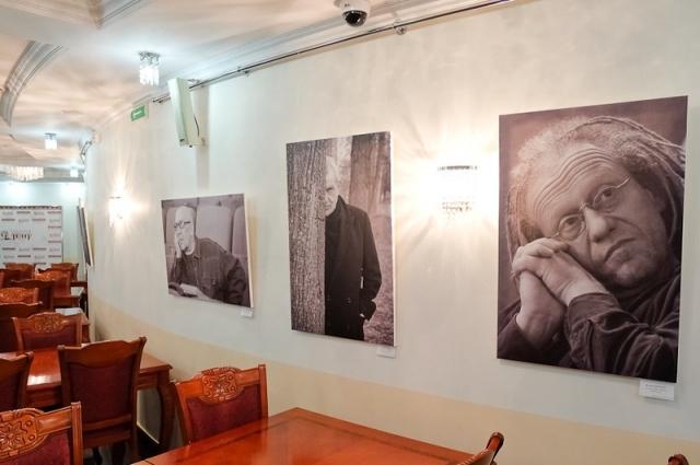 Фотовыставка открылась в фойе театра.