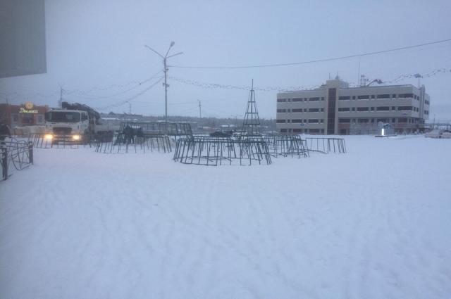 Монтаж новой елки на площади Нака
