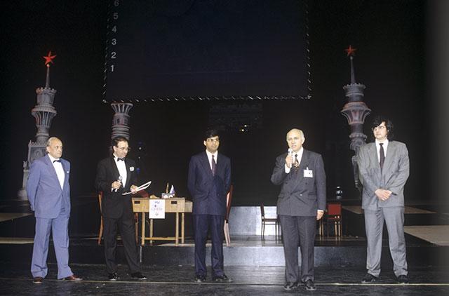 Международный турнир побыстрым шахматам «Кремлевские звезды-94». Перед началом финальной встречи между Вишванатаном Анандом иВладимиром Крамником.