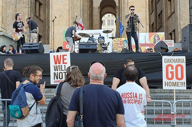 Митинг вТбилиси илюди сфутболками «Россия— оккупант».