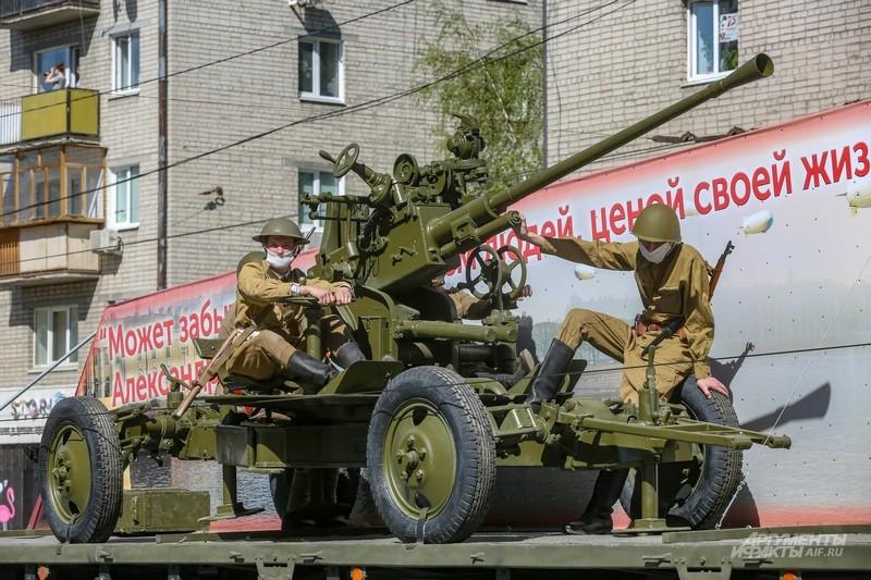 Советские зенитчики ехали на платформе вместе с орудием