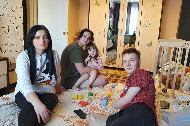 В доме Татьяны Абозиной (на фото справа) Владу выделили отдельную комнату.