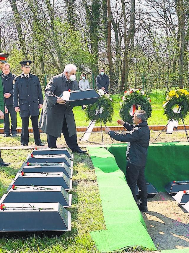 Посол России в ФРГ Сергей Нечаев на церемонии захоронения останков советских воинов на советском мемориальном кладбище в Лебусе (85 км от Берлина), там покоятся 5 тыс. красноармейцев.