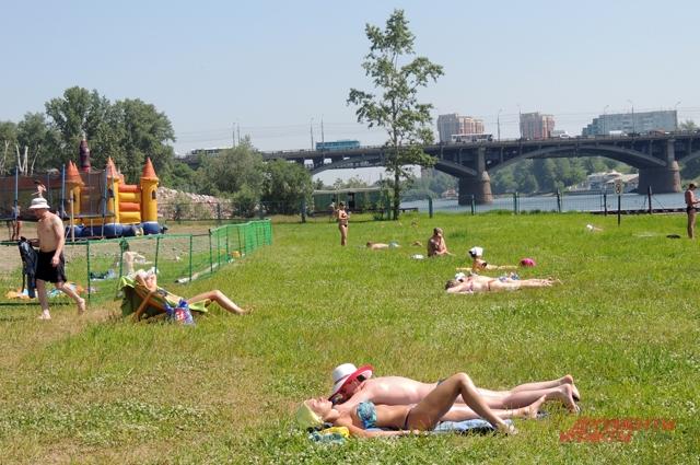 Жители Красноярска предпочитают загорать, а не купаться, поэтому работы у спасателей немного