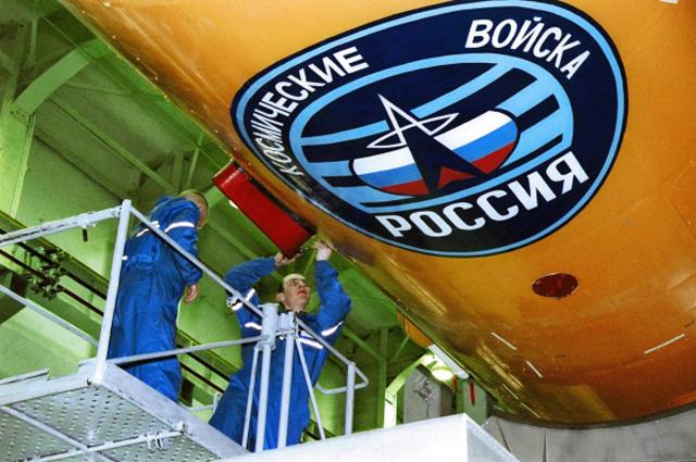 Ракета-носитель в монтажно-испытательном корпусе космодрома Плесецк. (Из архива Института космических исследований РФ).
