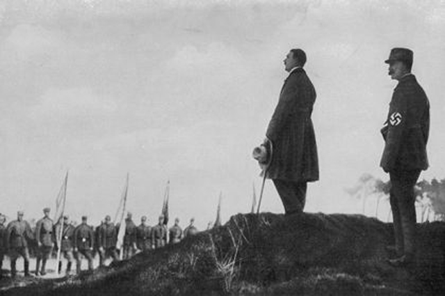Гитлер обращается к участникам «пивного путча», 1923 год.