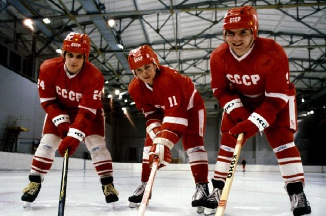 Члены сборной команды СССР по хоккею, чемпионы XIV зимних Олимпийских игр 1984 года в Сараево (слева направо): Сергей Макаров, Игорь Ларионов, Владимир Крутов.