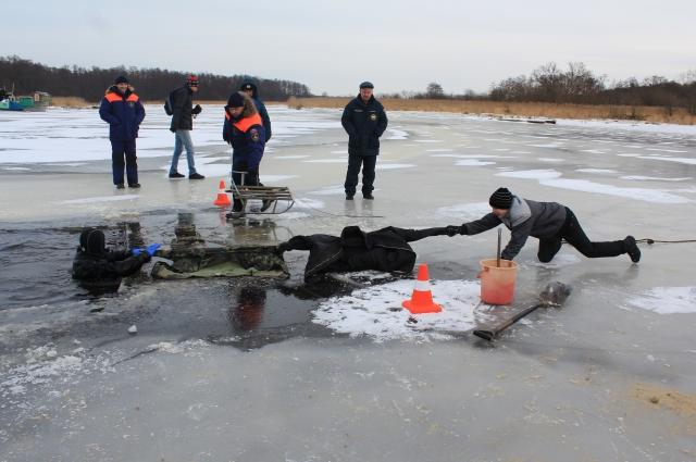 Открытый урок в Зеленоградске: сотрудники МЧС обучают школьников, как спасать людей.