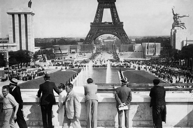 Всемирная выставка 1937 года. На заднем плане видна Эйфелева башня, слева - немецкий павильон, а справа - русский.