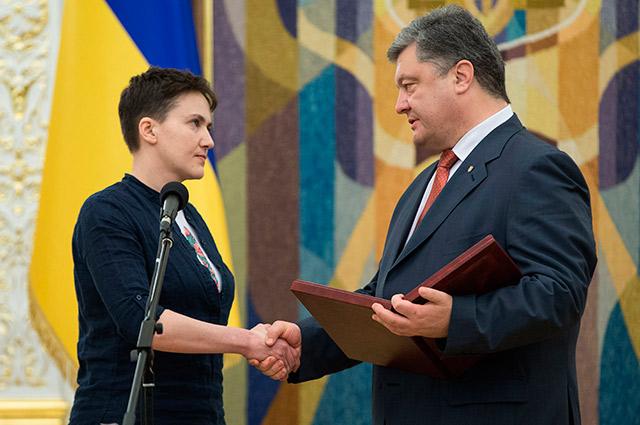 Петр Порошенко иНадежда Савченко вовремя вручения ордена «Золотой Звезды».