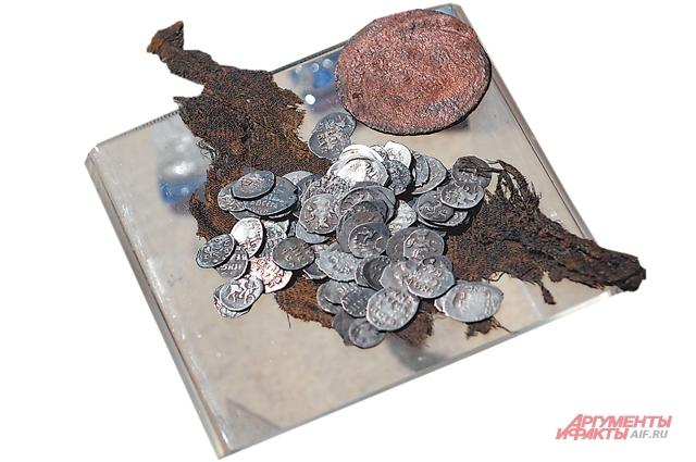Маленькие серебряные монеты называли «плевками».