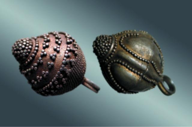 Пуговицы бочкообразной формы, найденные в Гнездово.