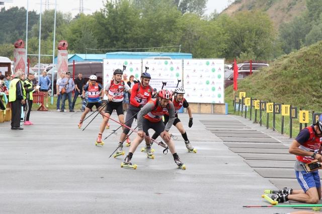 Биатлонисты преодолевают эстафету 4х3,6 км.