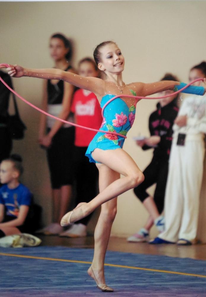 В художественную гимнастику мама отдала Веру в пять лет.