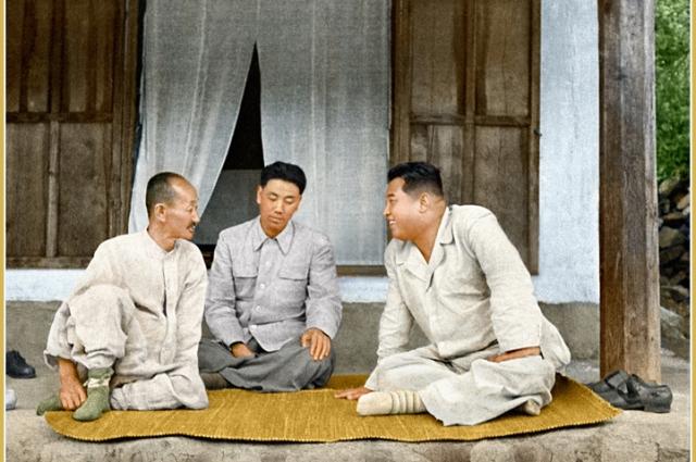 Товарищ Ким Ир Сен разговаривает с крестьянином.