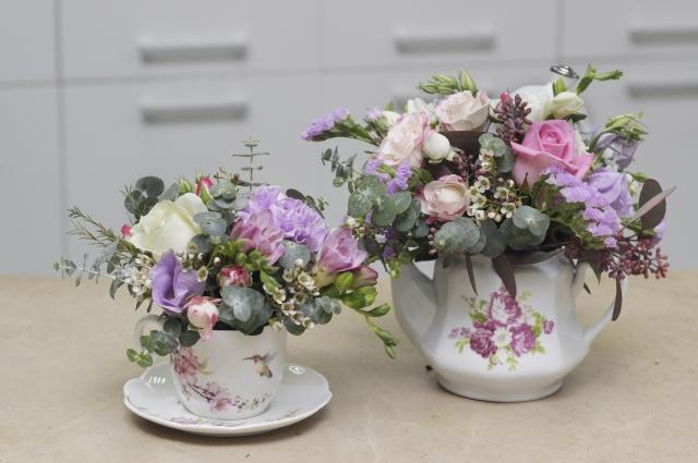 Можно преподнести цветы, оформив с их помощью основной подарок, например, посуду или чайный набор.