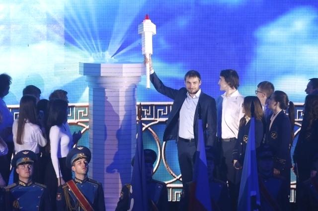 На церемонии открытия игр Дельфийский огонь зажег Антону Шипулин, олимпийский чемпион и чемпион мира по биатлону.