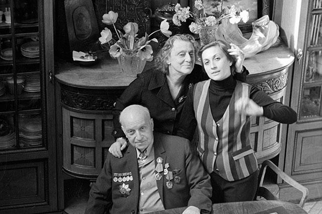 Софико Чиаурели с родителями — кинорежиссером Михаилом Чиаурели и народной артисткой СССР Верико Анджапаридзе, 1972 г.