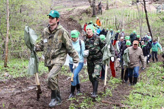 Природоохранные субботники собирают много участников.