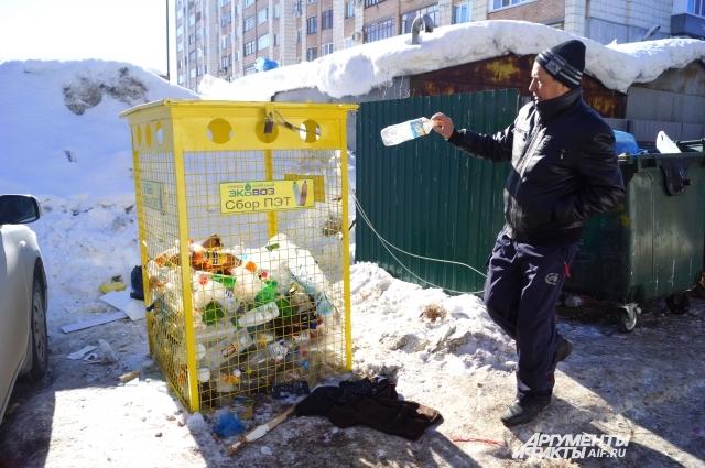 Дворник говорит, что жители ещё не привыкли к раздельному сбору мусора