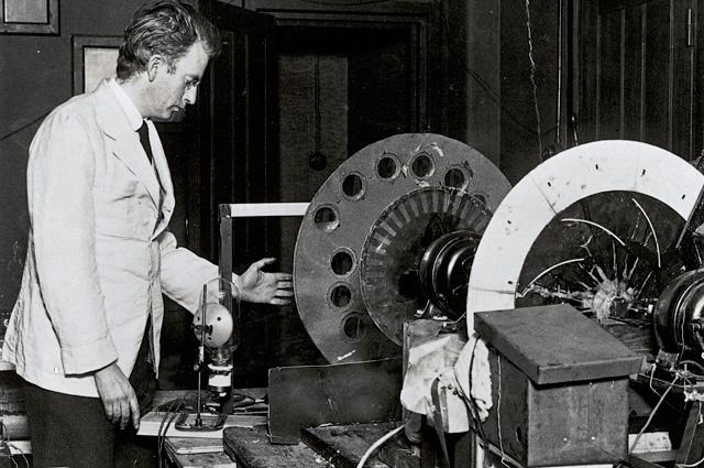 Джон Бэрд и его механический телевизионный аппарат.