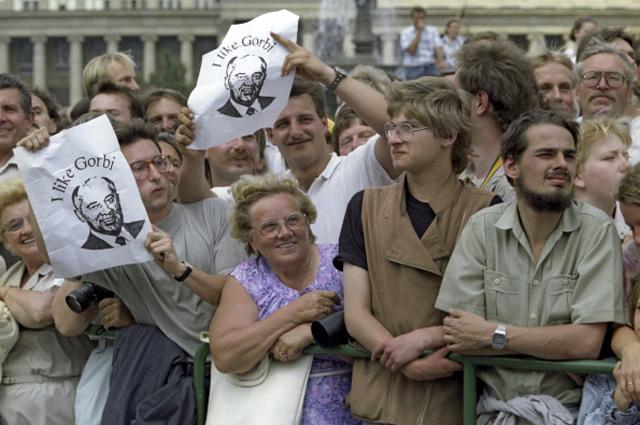 Жители Германии приветствуют Генерального секретаря ЦК КПСС, председателя Верховного Совета СССР Михаила Горбачёва. 12.06.1989