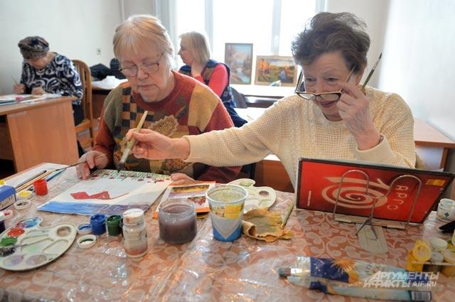 Занятия живописью в Центре социального обслуживания.