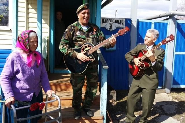 Наша команда заезжала в отдаленные поселки, чтобы поздравить одного ветерана. Здесь у крыльца дома устраивали концерт для героя.