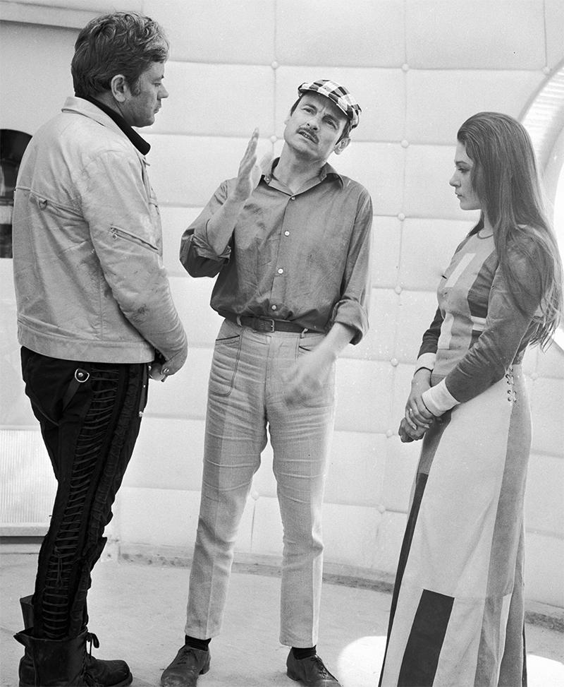 Режиссер Андрей Тарковский репетирует с Донатасом Банионисом (слева) и Натальей Бондарчук (справа) сцену из кинофильма «Солярис». 1972 год.