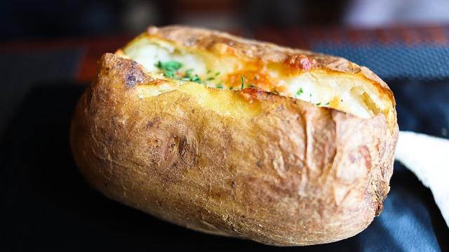 Запеченный картофель идеально сочетается с грибами.