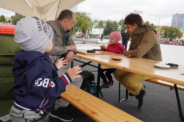 Мастер по игре го Виктор Ткачёв обучает и взрослых, и детей