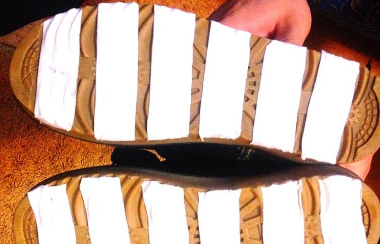 На картинке видно, как можно приклеить лейкопластырь на подошву. По этому же принципу используется двухсторонний скотч.