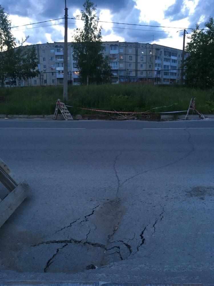 Дорога на улице Набережной в Березниках.