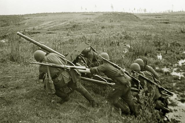 Солдаты идут в наступление в районе Старой Руссы. 1941 год
