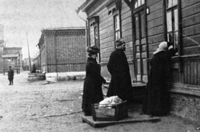 Софья Толстая у окна дома начальника станции Астапово И. М. Озолина, где лежит умирающий Лев Толстой, 1910 год