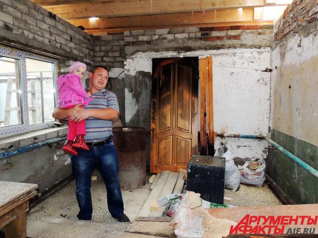 Николай начал восстанавливать сгоревший дом сам