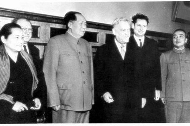 Булганин в Китае в 1957 г. Справа Ян Шанкунь, слева Сун Цинлин