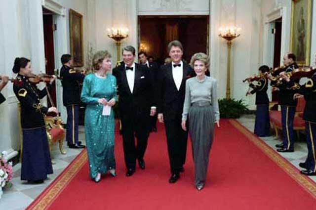 Хиллари и Билл Клинтон с Рональдом и Нэнси Рейганами. 1987 год.