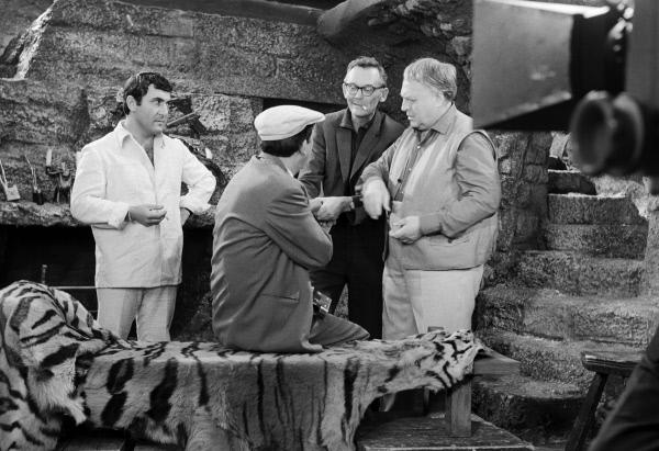 Слева направо: Леонид Каневский, Юрий Никулин, Леонид Гайдай иГригорий Шпигель насъемках фильма «Бриллиантовая рука». 1968 год.