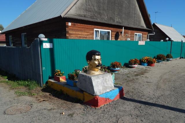 В частном секторе Новосибирска есть памятник Сталину