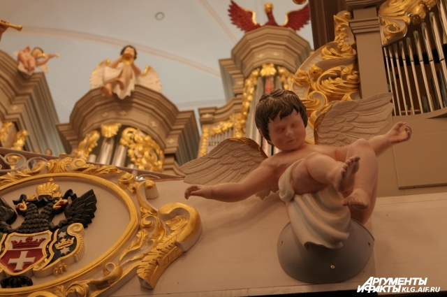Ангелочки на фасаде органа - точная копия довоенных.