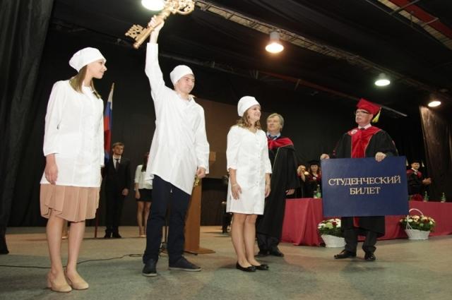 Первокурсникам вручили символические «ключ знаний» и «студенческий билет».