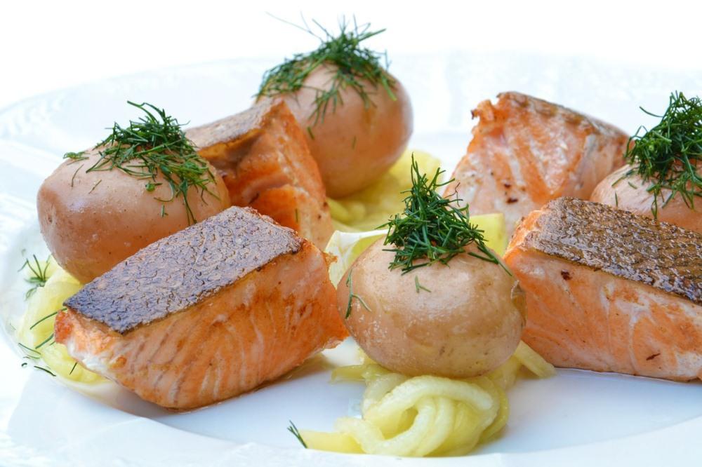 Картофель станет отличным гарниром для рыбного блюда.