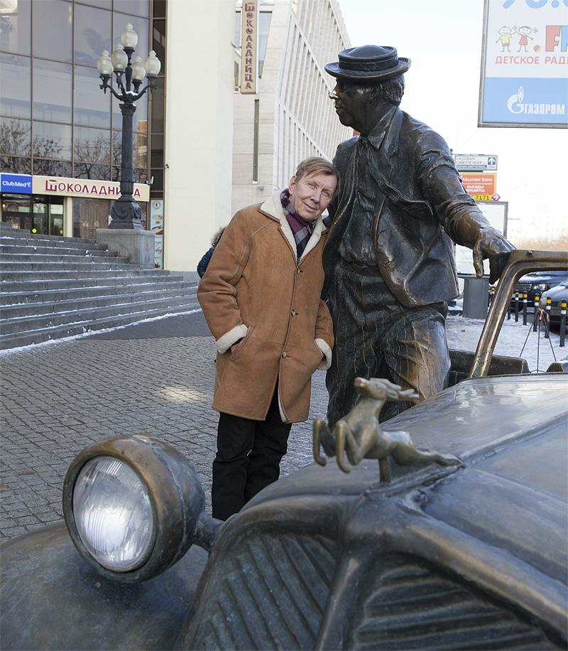 Юрий Чернов у входа в цирк на Цветном бульваре